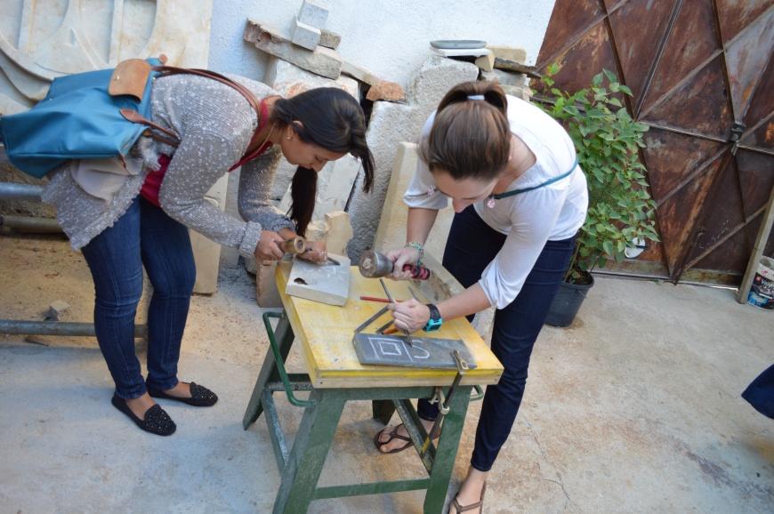 Eva y Shannon esculpiendo.
