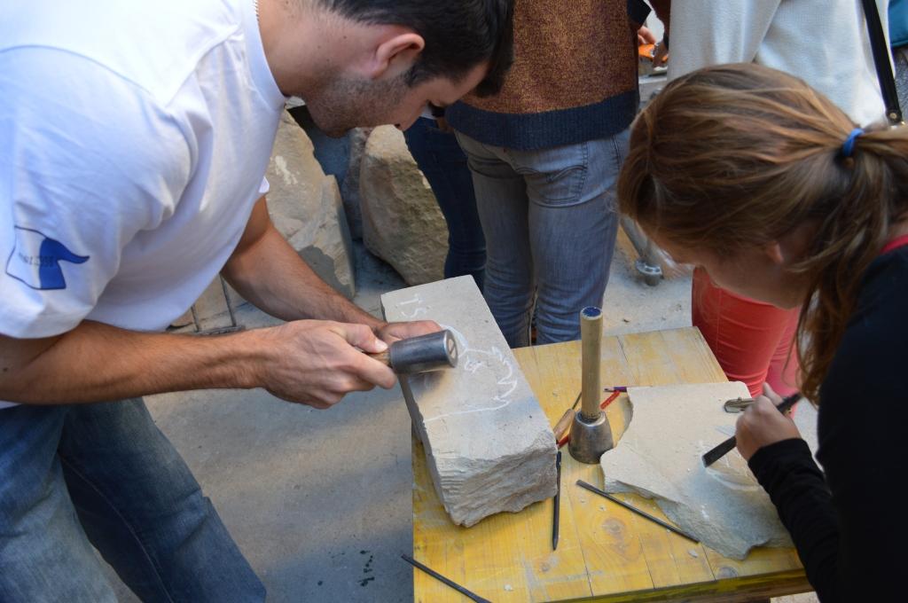 Taylor y Michelle trabajando la piedra.
