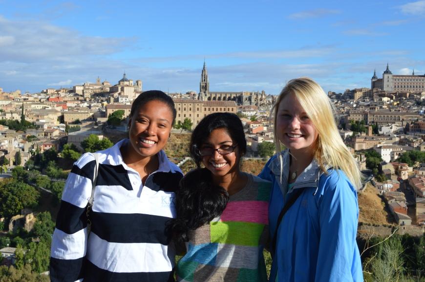 Kinu, Sarika y Hope frente a las vistas de la ciudad.
