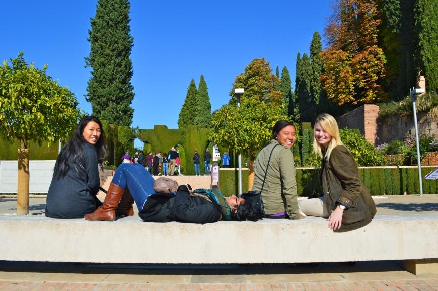 Las chicas al sol camino del Generalife.