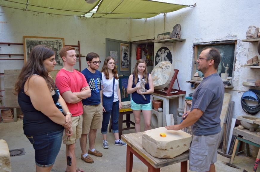 El grupo, con Menta, escucha a Miguel