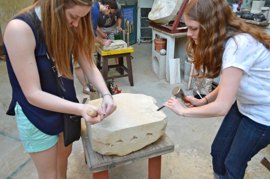 Cecilia y Victoria esculpen