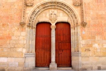 Piedra mayor en la fachada de las Escuelas Mayores.