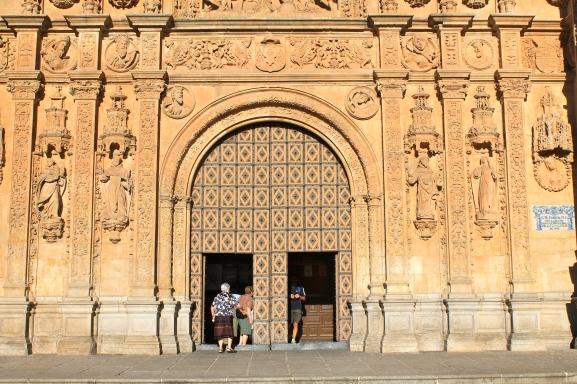 Piedra de Villamayor en la facha de la iglesia de Santo Domingo