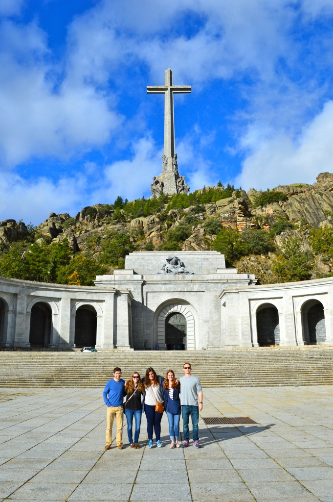 El grupo frente a la fachada de la basílica.