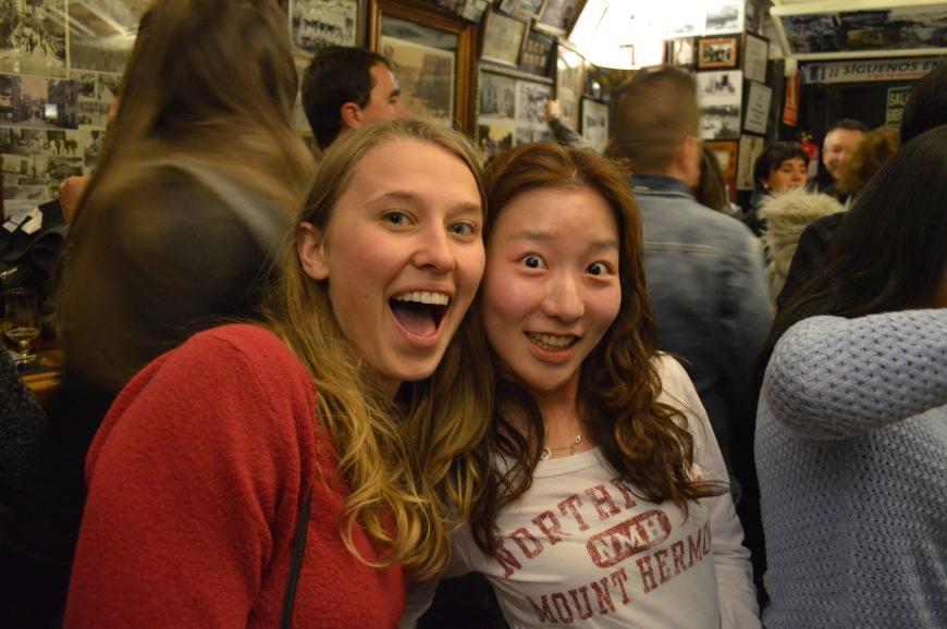 Monica y Katie en la Taberna de Basilio.
