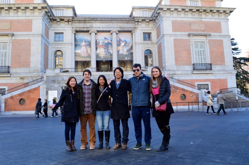 El grupo frente a la Puerta de Goya del Museo del Prado