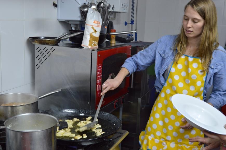 Monica trabajando en la paella.