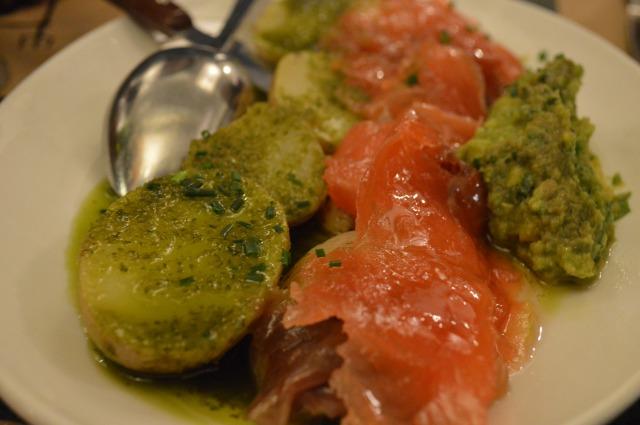 Papas arrugás con mojo   verde, salmón marinado y guacamole.