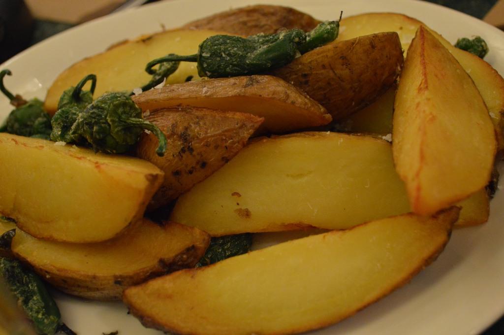 Patatas asadas y pimientos del padrón.