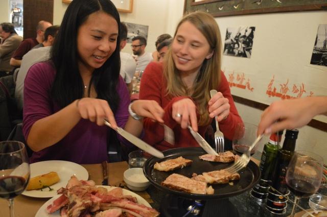 Phoebe y Monica asando la carne.