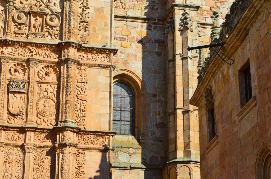 Detalle de la fachada de la universidad.