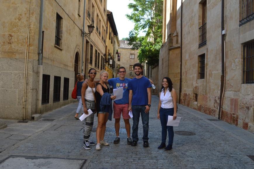 Evan, Shannon, Alex, Jonathan y Victoria camino de la catedral.