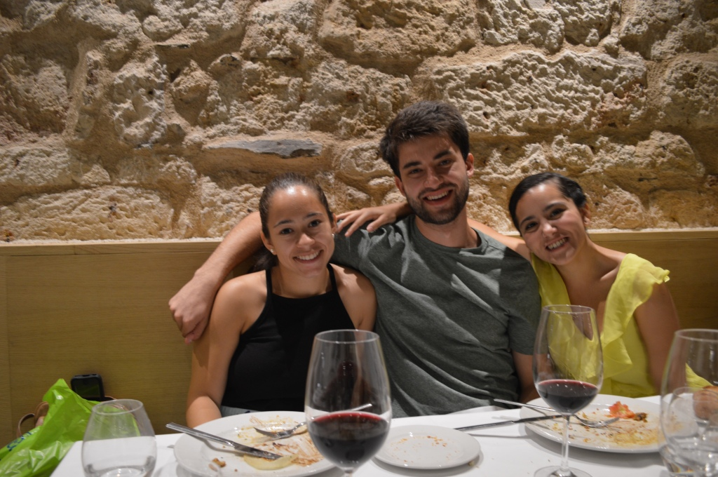 Evelyn, Jonathan y Victoria.