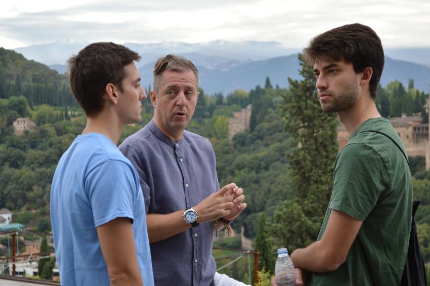 Alex y Jon charlan con Miguel.