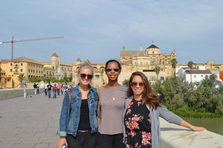 Shannon, Evan y Evelyn en el puente romano.